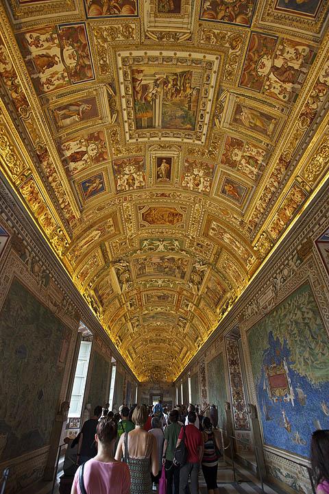 To už je část Vatikánského muzea. V davu lidí procházíte místnosti s miliardou soch, sloupů, artefaktů, obrazu, tapisérii a jde vám z toho hlava kolem. Hlavně nezastavovat!