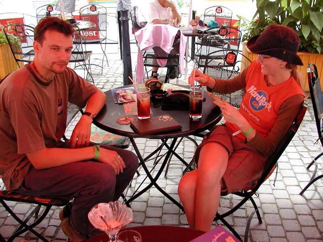 Při procházce sme potkali offinku s mužem. Pokecali, dali nějaké dobroty a vyrazili zpátky na festival.