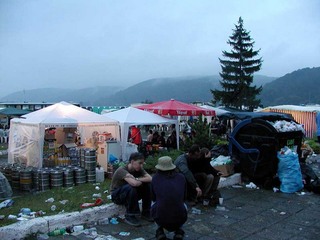 Tahle fotka je tak kolem 6 ráno. Totální oblačnost, zataženo, déšť. Festival ještě pořád plný lidí, kteří pospávali kde mohli. Už sme toho měli taky plný kecky a tak si šli odpočinout a nabrat síly na sobotu.