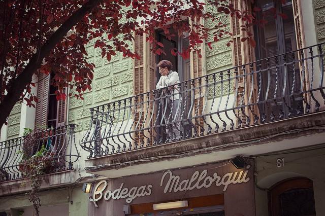 Všudypřítomné balkónky vám dovolují pozorovat děj na ulici