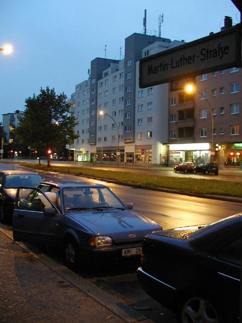 """20:00 - příjezd do Berlína jinou cestou než jsme chtěli, ale zvládli sme to bravůrně, hodinu sme hledali kde zaparkovat - nakonec zakempení na Martin Luther Strasse.  21:30 - noční """"běh"""" směr Postdammer Platz, čůrání u řeky, kafíčko (4 euro / cappucino), National Gallery, focení se stativem 01:00 - totálně mrtvý asi ve dvě ráno sklápíme sedačky El Bruna a usínáme na rušné ulici jako správní travelleři."""