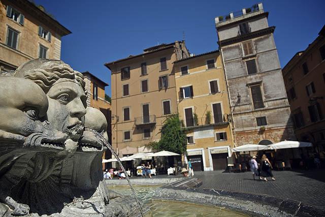 Kašna na náměstí u Pantheonu