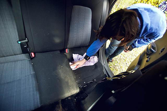 Marcela uklízí Bertovo nové poblité auto