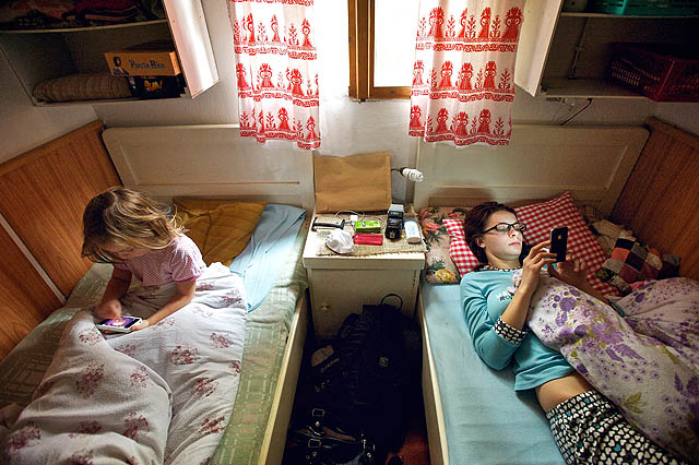 Sobotní ráno s telefonem v posteli