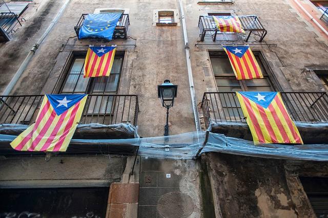 Napřed sme si mysleli, že to jsou vlajky nějakého fotbalového týmu. Pak že je to podpora kubánskému režimu no a teď už víme, že Barcelóna je plná hrdých katalánců :)