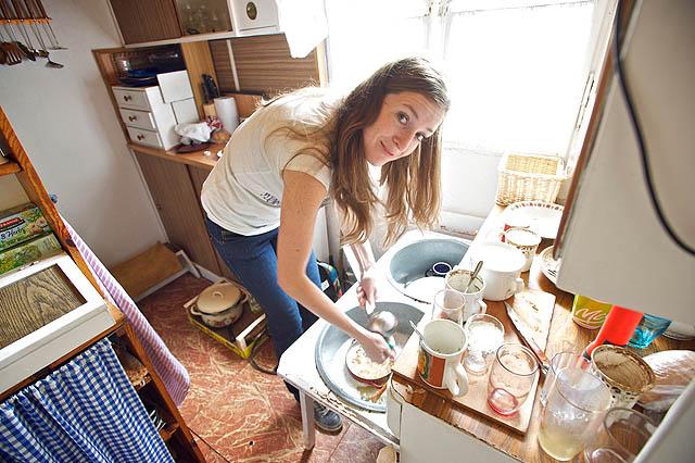 Zuza se jala umývat nádobí