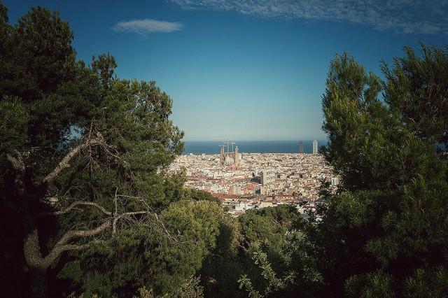 Výhled z kopečku z parku. Už jde vidět Sagrada Familia
