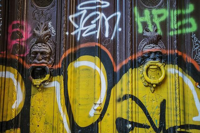 Grafitty pitomci se nezastaví ani v gotické části města. Ale tak to je.