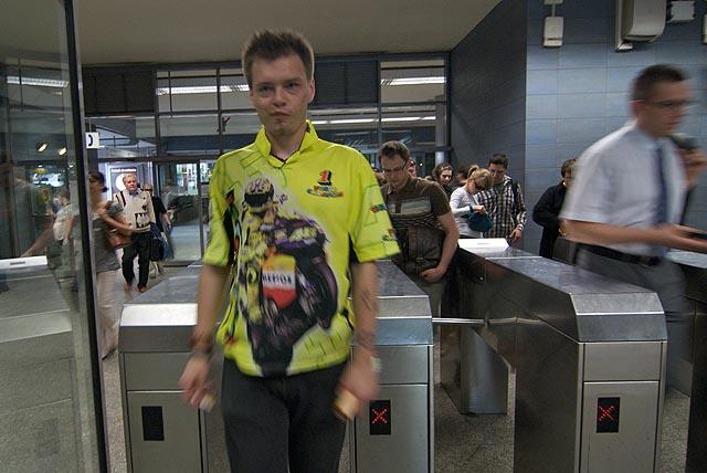 Valentino Rossi vstupuje do metra :)